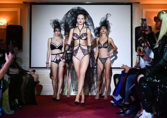 Yalta'daki Villa Elena Oteli'nde düzenlenen Kırım Moda Haftası kapsamında  iç çamaşır ve mayo koleksiyonları da tanıtıldı.