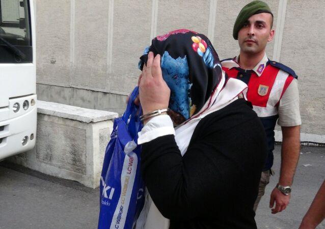 Bursa'da yüksek miktarda kar payı dağıtma vaadi ile 73 kişiyi toplam 13 milyon lira dolandırdığı iddiasıyla hakkında 'nitelikli dolandırıcılık' suçundan 1050 yıla kadar hapis cezası istenen  'Ponzi Arzu' lakaplı Arzu Mertgil ile