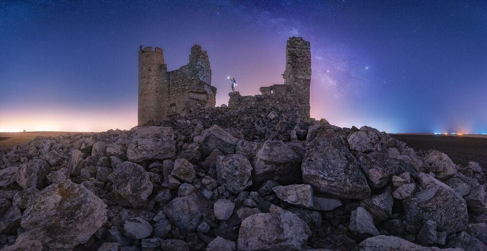 Yarışmanın finaline kalanlardan fotoğrafçı Julio Castro Pardo,  fotoğrafında İspanya'daki tarihi Caudilla Kalesi'nin enkazlarına yer verdi.
