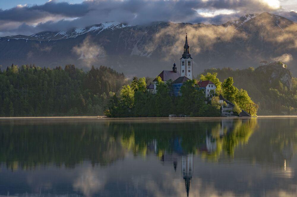 Yarışmanın finaline kalanlardan fotoğrafçı Robert Pekalski'nin Slovenya'daki Bled Gölü'nün ortasında yer alan adaki Neo-gotik St. Martin Kilisesi'nin görüntüsü.