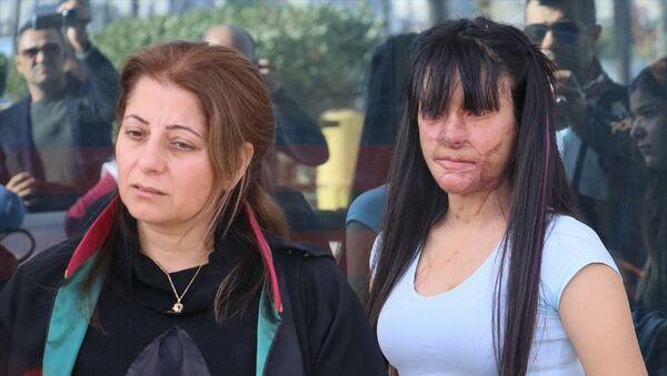 Hatay'ın İskenderun ilçesinde, 19 yaşındaki Berfin Özek'in(sağda) yüzüne asit dökerek sağ gözünü kaybetmesine ve yüzünün bir bölümünün yanmasına neden olduğu ileri sürülen sanığın, kasten öldürmeye teşebbüs suçundan müebbet hapis cezası istemiyle yargılandığı davanın duruşması görüldü. Özek ve avukatı Mehtap Sert(sodla) açıklamada bulundu. - Sputnik Türkiye