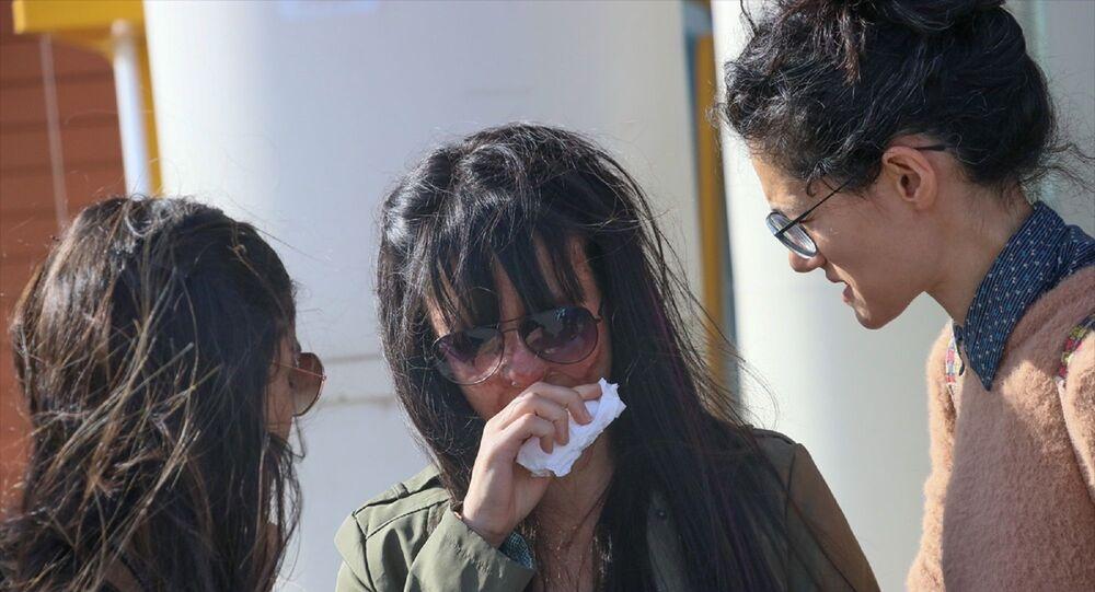 Hatay'ın İskenderun ilçesinde, 19 yaşındaki Berfin Özek'in yüzüne asit dökerek sağ gözünü kaybetmesine ve yüzünün bir bölümünün yanmasına neden olduğu ileri sürülen sanığın, kasten öldürmeye teşebbüs suçundan müebbet hapis cezası istemiyle yargılandığı davanın duruşması görüldü. Özek, mahkeme çıkışı gözyaşlarına boğuldu.