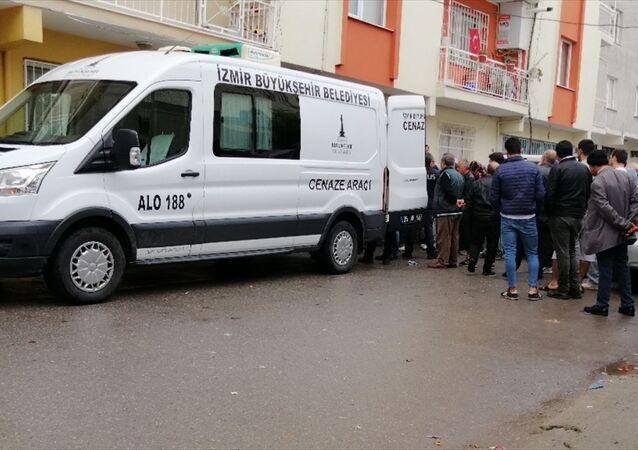 İzmir'in Buca ilçesinde dört çocuk annesi eşini baltayla öldürdüğü öne sürülen zanlı, tutuklandı.