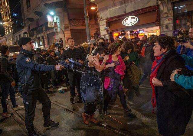 Kadınlar, 25 Kasım Kadına Yönelik Şiddetle Mücadele Günü kapsamında Taksim'de bulunan Tünel Meydanı'nda bir araya geldi. Polis basın açıklamasının ardından dağılan kadınlara biber gazıyla müdahale etti.