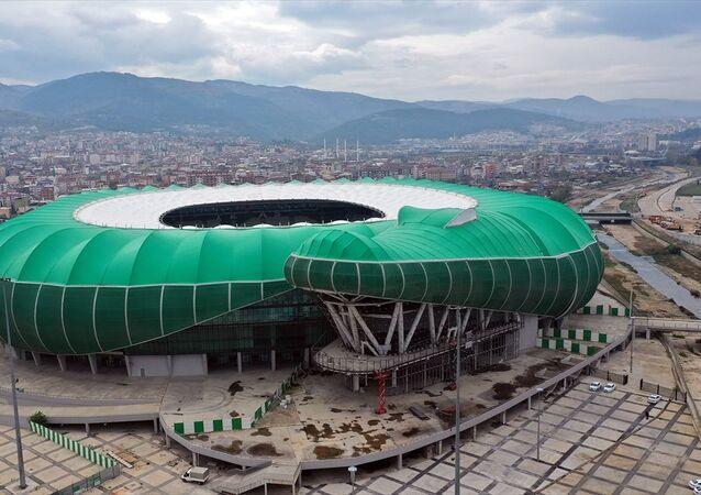 Bursa Büyükşehir Belediyesi tarafından inşa ettirilen, 400 bin metrekare proje ve 190 bin metrekarelik inşaat alanıyla kentin en büyük anıtsal yapılarından biri olan, takımın simgesiyle özdeşleştirilerek timsah görünümündeki stadyumda bu figürün başını oluşturan bölümün inşası tekrar başladı.