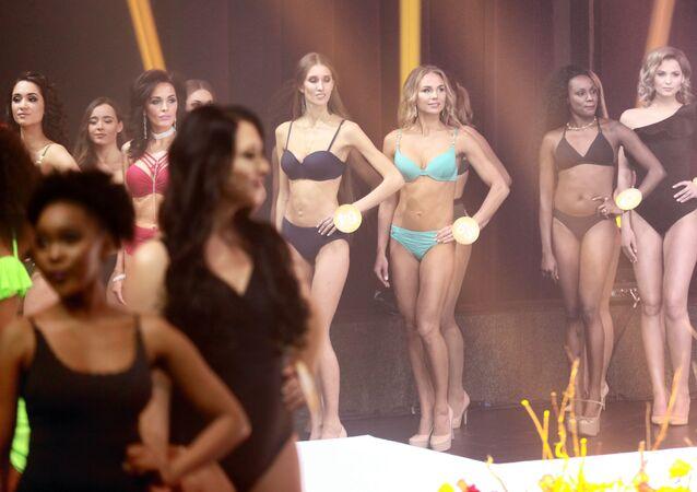 Yarışma finalinin katılımcıları, bikini defilesi sırasında.