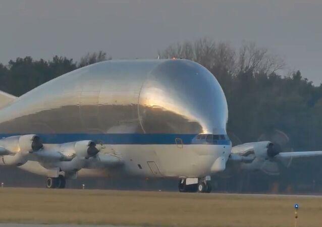 Uzay aracının sıradışı uçakla taşınması kameralara böyle yansıdı