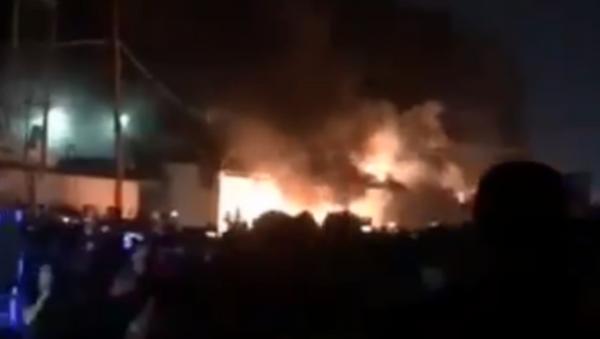 Irak'ın Necef kentinde göstericiler İran Başkonsoluğunu ateşe verdi - Sputnik Türkiye