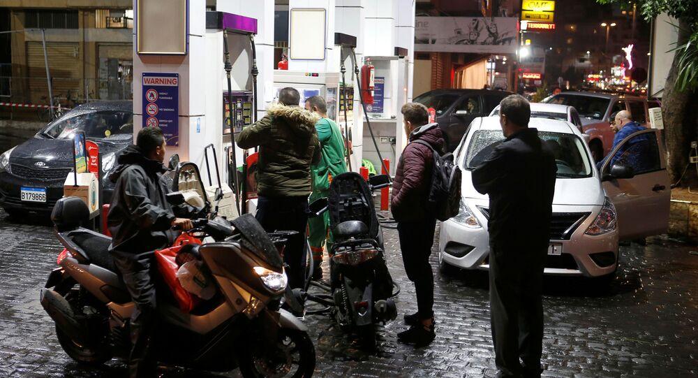 Lübnan'da yakıt istasyonları greve gidiyor: Vatandaşlar istasyonlara akın etti