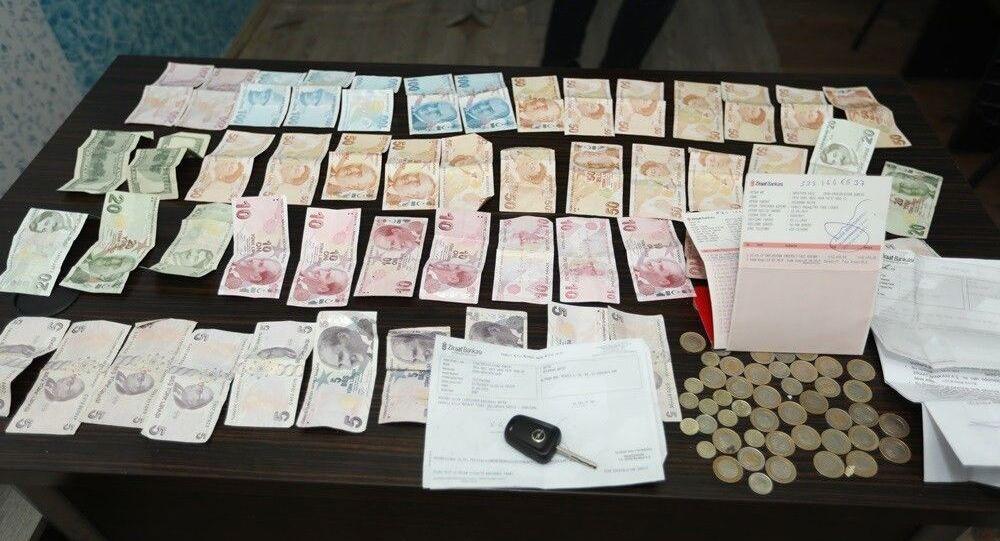 Van'ın İpekyolu ilçesinde zabıta ekiplerinin yakaladığı dilencinin üzerinde 2 bin 35 lira, 200 dolar, kendisine ait hesapta 196 bin lira olduğunu gösteren hesap cüzdanı, 14 bin 721 lira altın mevduatı hesap cüzdanı bulundu.
