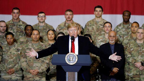 ABD Başkanı Donald Trump ABD askerlerini sürpriz ziyaret için başkanlık koltuğuna oturduğundan bu yana ilk kez Afganistan'a gitti - Sputnik Türkiye