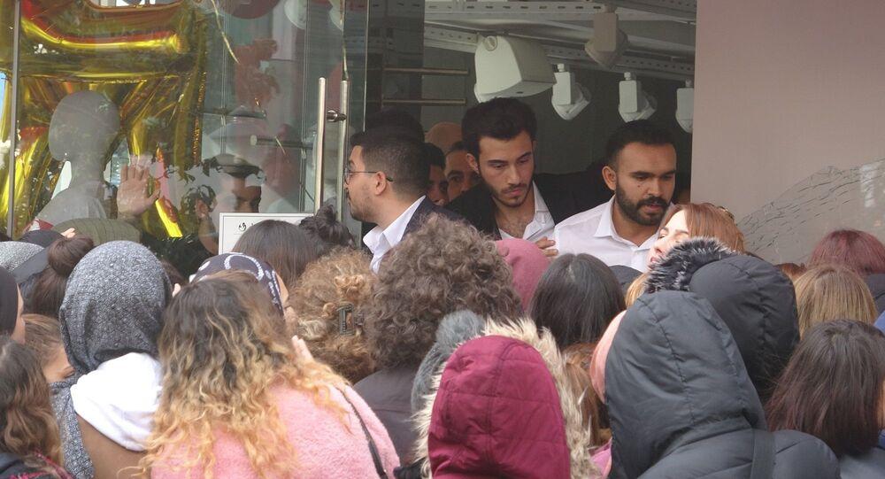 İstanbul'da 'Kara cuma' kapsamında bir mağazanın yaptığı indirim kampanyasında izdiham yaşandı. Yaşanan izdihamda mağazanın camları kırılırken olayda 3 kişi yaralandı.