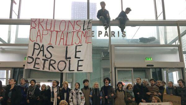 Fransa'da 'Kara Cuma' nedeniyle yapılan aşırı tüketimi protesto eden gençeler, bir alışverişi merkezinin girişini kapattı. - Sputnik Türkiye