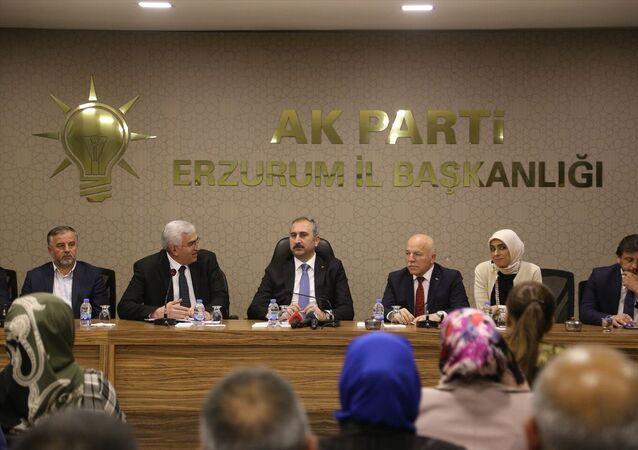 Adalet Bakanı Abdulhamit Gül (sol 3), beraberinde Erzurum Büyükşehir Belediye Başkanı Mehmet Sekmen (sağ 3) ve AK Parti Erzurum Milletvekili Zehra Taşkesenlioğlu Ban (sağ 2) ile birlikte AK Parti İl Başkanlığını ziyaret etti.