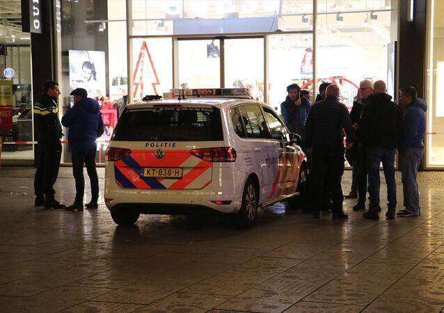 Hollanda'nın Lahey kentindeki Büyük Pazar Sokağı'nda bıçaklı saldırı sonucu yaralananların olduğu belirtildi. Bu arada, olay yerine çok sayıda güvenlik ve sağlık ekibinin sevk edildiği, sokağın trafiğe kapatıldığı görüldü.