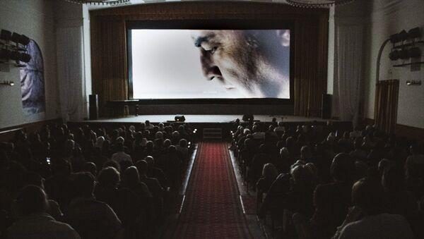 Rusya'nın başkenti Moskova'da Yılmaz Erdoğan'ın yönettiği Kelebeğin Rüyası filmi sinemaseverlerle buluştu. Türkiye'nin Moskova Büyükelçisi Mehmet Samsar, programda konuşma yaptı. - Sputnik Türkiye