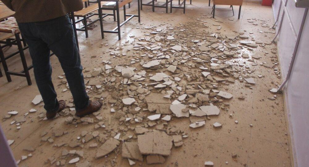 Öğrenciler dersteyken tavanı dökülmeye başlayan okul tahliye edildi