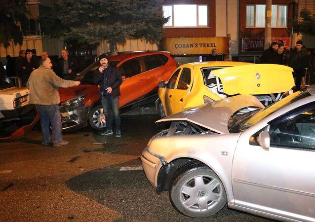 Bolu'da, alkollü bir şoförün kullandığı otomobil, park halindeki 7 araca çarptı.
