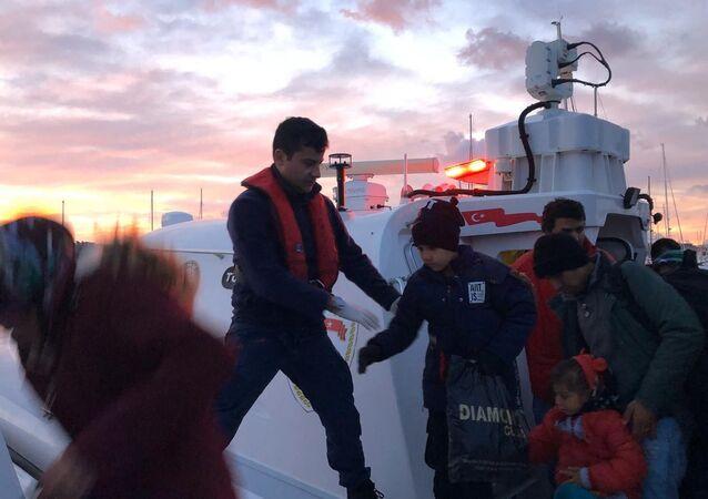 İzmir'in Çeşme ilçesinde Sahil Güvenlik ekiplerince yasa dışı yollarla geçiş yapmaya çalışan toplam 111 sığınmacı yakalandı.