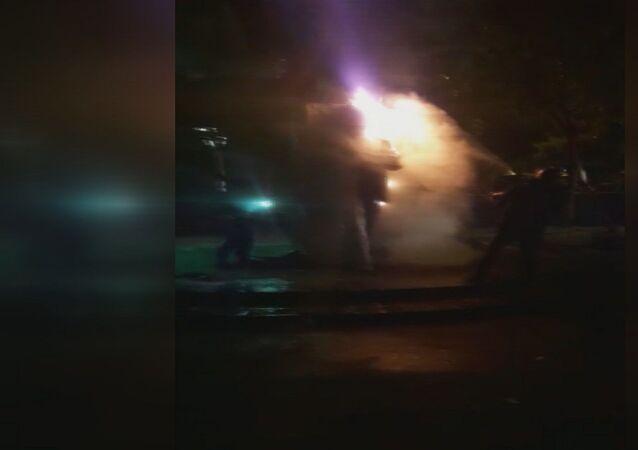 Beşiktaş'ta ısınmak için ateş yakan 4 kişi Şair Melih Cevdet Anday'ın heykelini yaktı. Yanan heykel itfaiye tarafından söndürülürken polis 4 kişiyi gözaltına aldı.