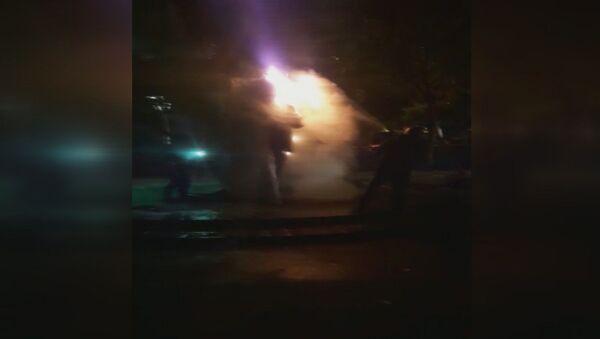Beşiktaş'ta ısınmak için ateş yakan 4 kişi Şair Melih Cevdet Anday'ın heykelini yaktı. Yanan heykel itfaiye tarafından söndürülürken polis 4 kişiyi gözaltına aldı. - Sputnik Türkiye