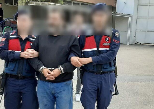 Bursa'da 'nitelikli yağma' ve 'kişiyi hürriyetinden yoksun bırakma' suçlarından 36 yıl hapis cezası bulunan ve 4 yıldır firari olan O.A., ailesini ziyaret ettiği evden çıkarken jandarma ekiplerince yakalandı.