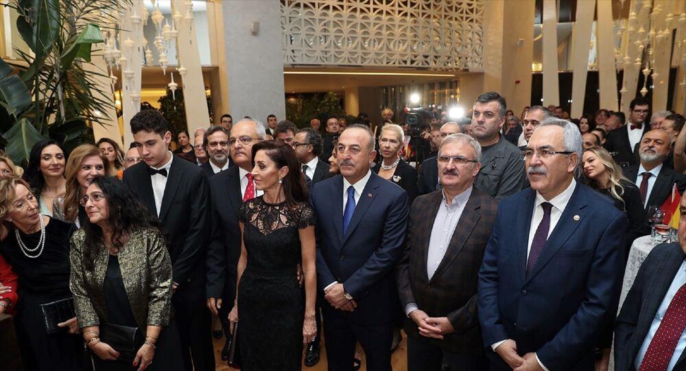 Türkiye Futbol Federasyonu Yönetim Kurulu üyesi ve İspanya'nın Antalya Fahri Konsolosu Hasan Akıncıoğlu'na, İspanya Krallığı Devlet Liyakat Nişanı Payesi ve Madalyası verildi. Antalya'daki bir otelde düzenlenen törene Dışişleri Bakanı Mevlüt Çavuşoğlu da katıldı.