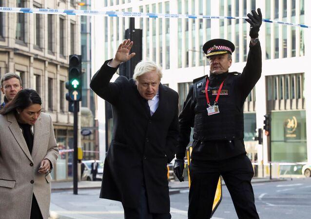 Başbakan Boris Johnson, İçişleri Bakanı Priti Patel ve Londra Emniyeti'nden Ian Dyson, Londra Köprüsü bıçaklı saldırısının düzenlendiği olay mahallini ziyaret derken