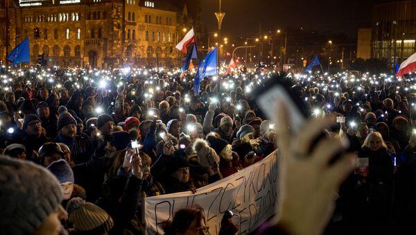 Polonya'da binlerce kişi yargıçlara destek vermek için sokağa çıktı - Sputnik Türkiye