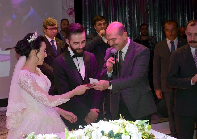 Cihangir Mahallesi'ndeki davet salonunda yaklaşık bin kişinin katıldığı düğüne gelen İçişleri Bakanı Süleyman Soylu
