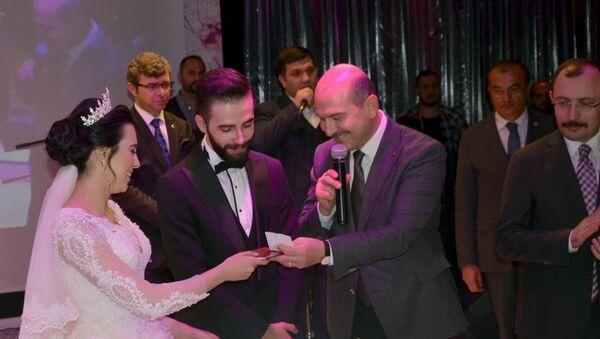 Cihangir Mahallesi'ndeki davet salonunda yaklaşık bin kişinin katıldığı düğüne gelen İçişleri Bakanı Süleyman Soylu - Sputnik Türkiye