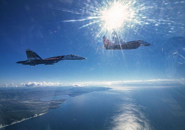 Karadeniz üzerinden gösteri uçuşunu gerçekleştiren Rus hava akrobasi ekiplerinin MiG-29 ile Su-27 uçakları.