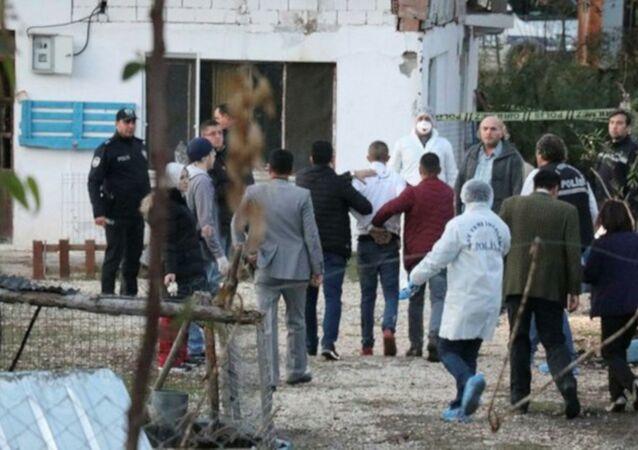 Denizli'nin Pamukkale ilçesinde acil tıp teknisyeni Hamza D. (27), tabancayla öldürdüğü Sercan Yıldırım'ın (23) cesedini köpek çiftliğine gömerken yakalandı. Olayla ilgili Hamza D. ile birlikte 4 kişi gözaltına alındı.
