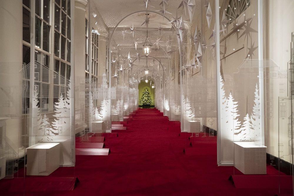 Hristiyan dünyasının 25 Aralık'ta kutladığı Noel etkinlikleri için Melania Trump Beyaz Saray'ı ışıl ışıl bir görünüme kavuşturdu.
