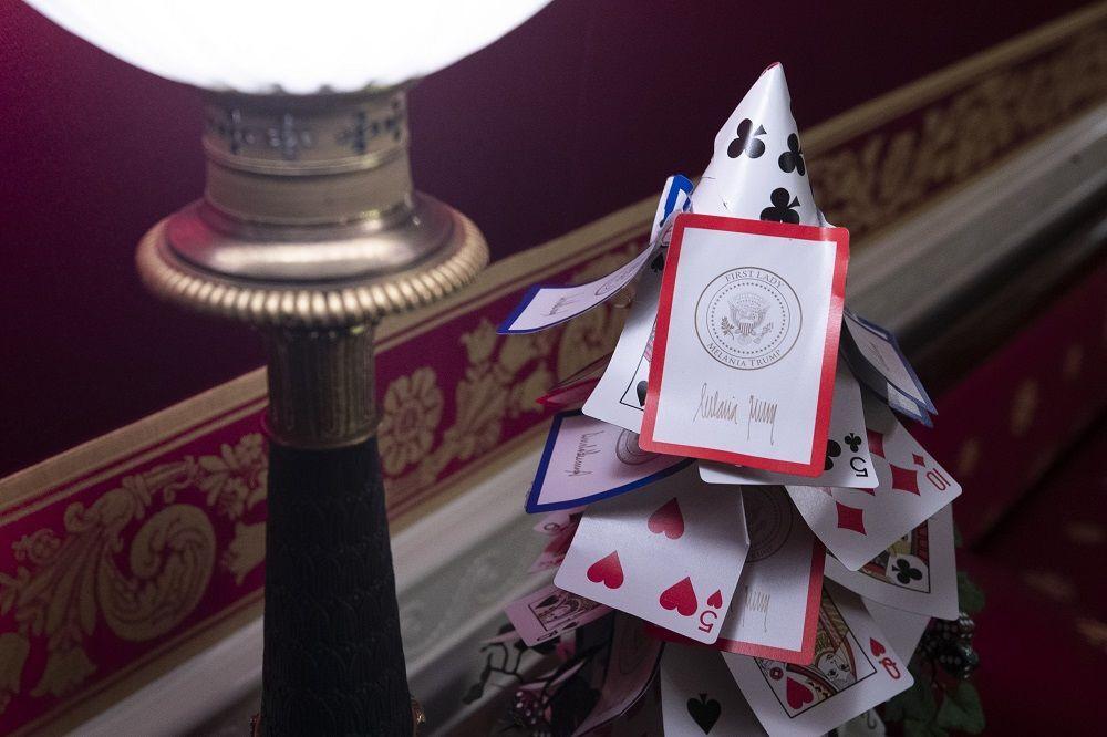 Kırmızı oda, oyun temasıyla dekore edildi. Hatta iskambil kağıtlarından oluşan bir Noel ağacı yapıldı.