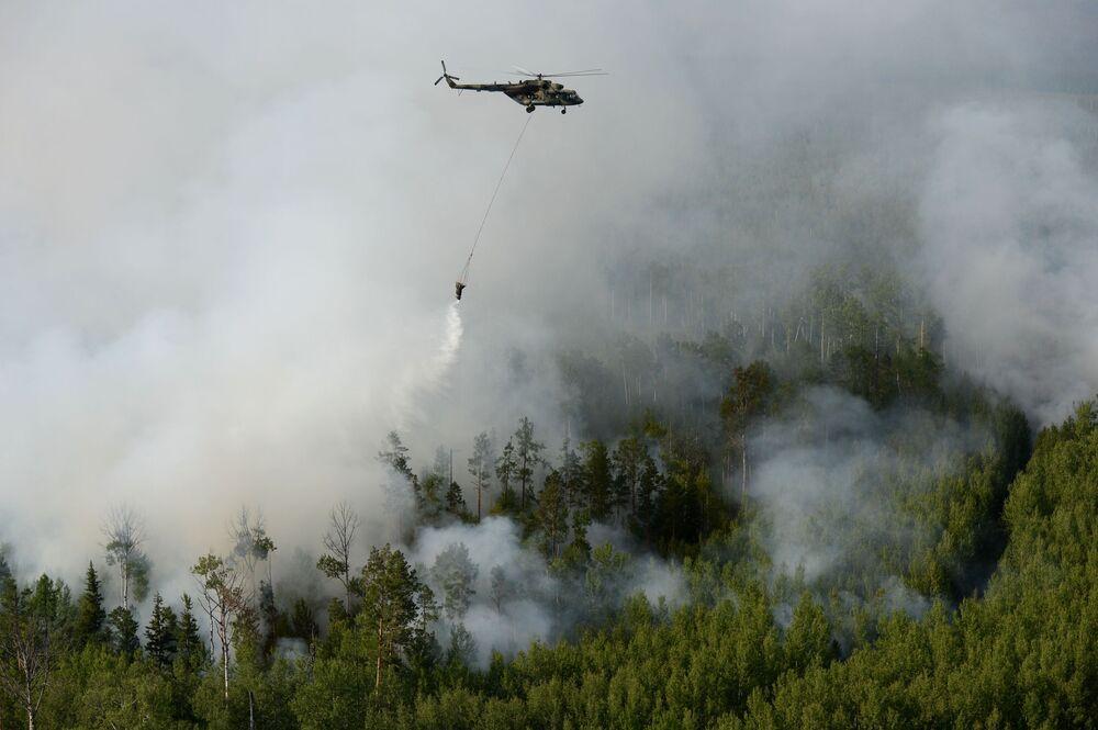 Mi-8 helikopteri Rusya'nın Krasnoyarsk bölgesinde orman yangınlarını söndürme çalışmalarını yürütürken