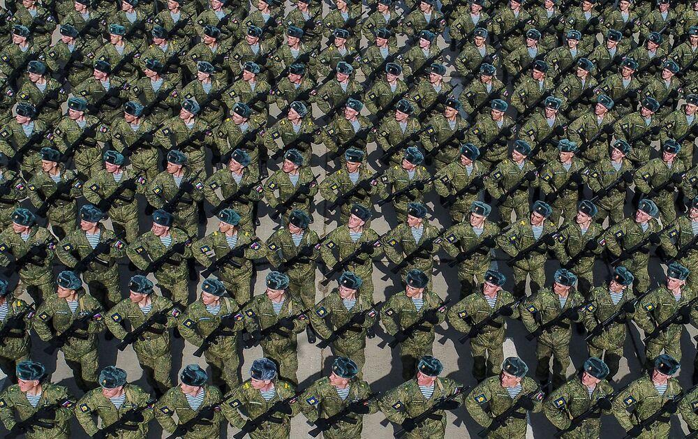 Moskova bölgesindeki Alabino askeri poligonunda düzenlenen Zafer Günü askeri geçit töreni provasına katılan Ryazan Hava Harp Okulu'nun öğrencileri.