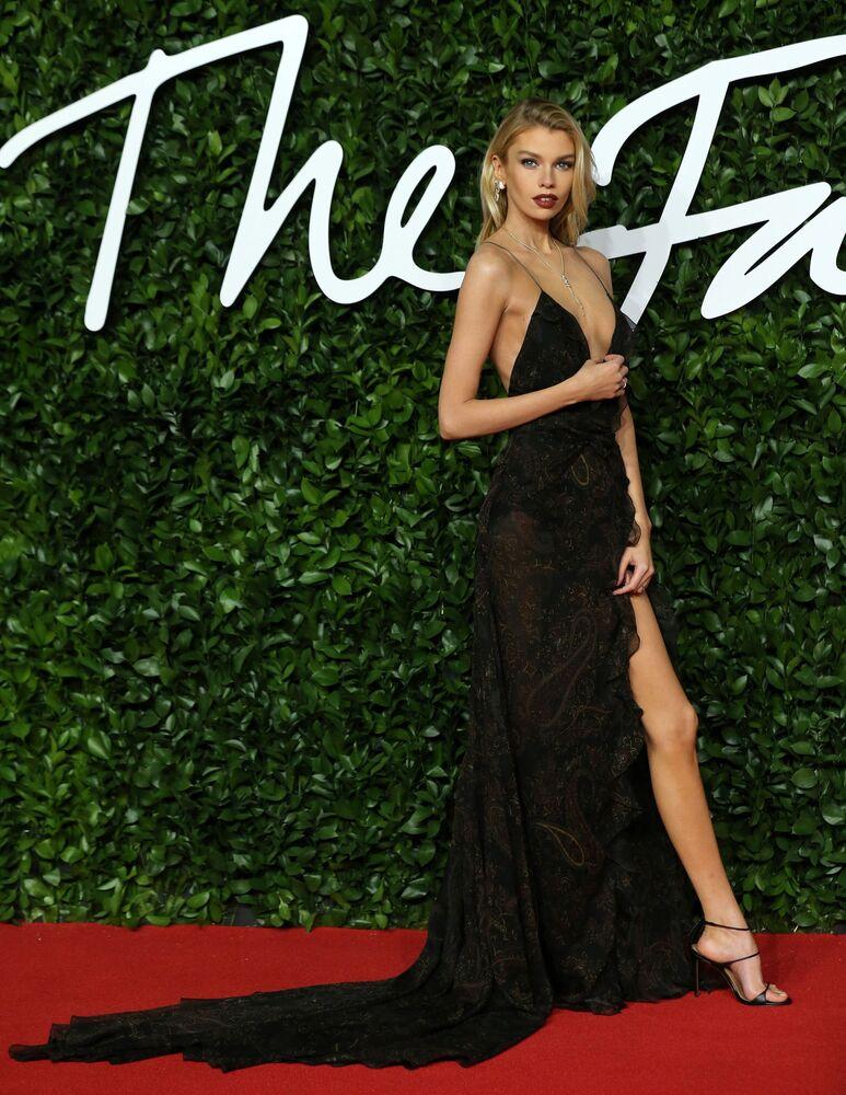 Yeni Zelandalı model Stella Maxwell,  kırmızı halı için seçtiği cesur göğüs dekolteli elbisesiyle dikkatler üzerinde topladı.