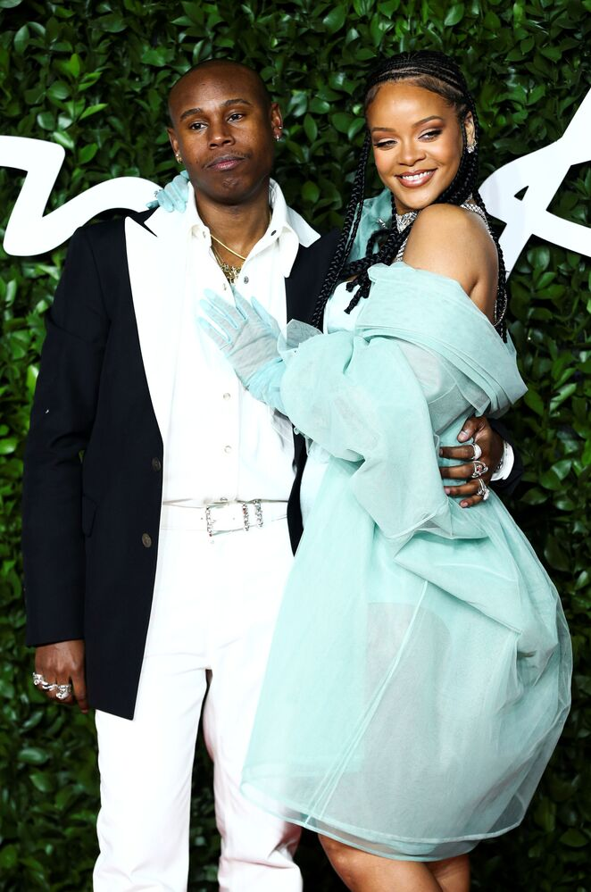 Şarkıcı Rihanna, Yılın En İyi Lüks Sokak Giyim Markası dalında ödül aldı.
