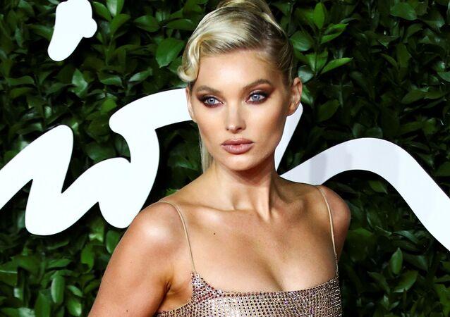 Gecenin konuklarından model Elsa Hosk iki parçadan oluşan Celia Kritharioti markasına ait etek ve crop top ile gözler kamaştırdı.