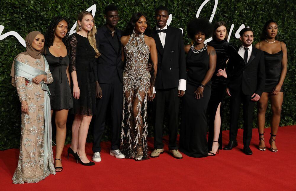 İngiltere Moda Konseyi tarafından düzenlenen gecede bir döneme damga vuran ünlü top model Naomi Campbell (ortada), Yılın Moda İkonu seçildi.
