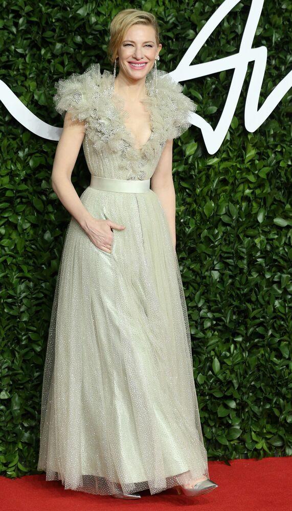 Tören için Armani kıyafeti seçen İngiliz oyuncu  Cate Blanchett, duru güzelliği, zarifliği ve abartısız haliyle gecenin en şık kadınlarından biri oldu.