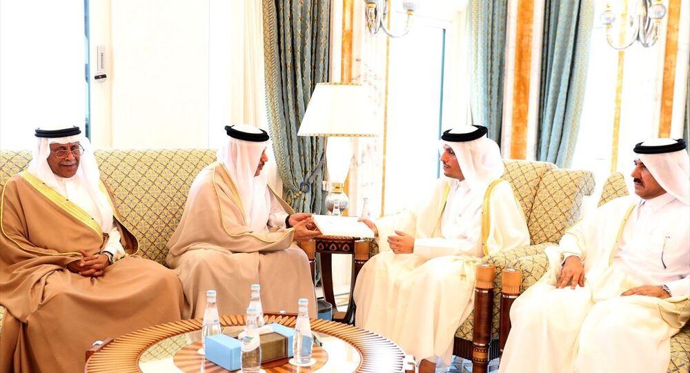 Suudi Arabistan Kralı Selman bin Abdulaziz, Katar Emiri Şeyh Temim bin Hamed Al Sani'yi Riyad'da düzenlenecek Körfez İşbirliği Konseyi (KİK) liderler zirvesine davet etti. Kral Selman'ın davet mektubu KİK Genel Sekreteri Abdullatif bin Reşid el-Zeyani (sol 2) tarafından Doha'da Katar Dışişleri Bakanı Muhammed bin Abdurrahman bin Al Sani'ye (sağ 2) iletildi.