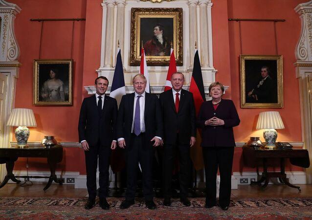 Türkiye Cumhurbaşkanı Recep Tayyip Erdoğan, Suriye konulu Dörtlü Zirve'de Fransa Cumhurbaşkanı Emmanuel Macron, Almanya Başbakanı Angela Merkel ve İngiltere Başbakanı Boris Johnson ile bir araya geldi.