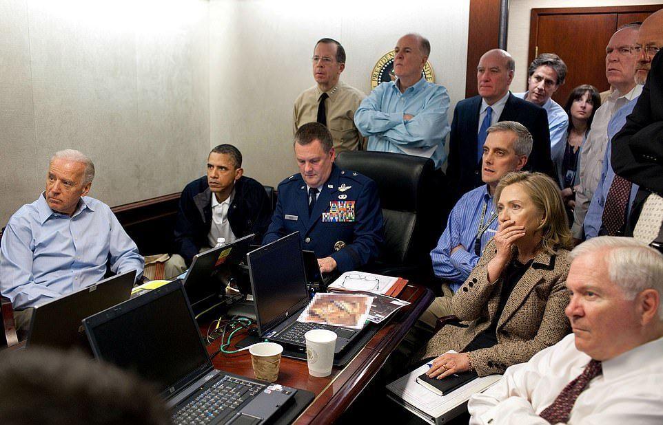 Dönemin ABD Başkanı Barack Obama, Başkan Yardımcısı Joe Biden ve bir oda dolusu ulusal güvenlik çalışanı, El Kaide lideri Usame Bin Ladin'in Pakistan'da yakalanmasına yönelik yürütülen operasyonu Beyaz Saray'daki Kriz Odası'ndan canlı  izliyor.  Olaydan saatler sonra da El Kaide liderinin cansız bedeni yanmış bir halde denizde bulunmuştu. Tarihse 1 Mayıs 2011.