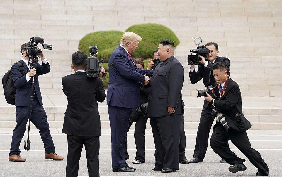 """2019 yılının büyük merakla beklenen olaylarından biri ABD Başkanı Donald Trump ile Kuzey Kore lideri Kim Jong-un'un buluşmasıydı. İki lider Kuzey Kore ile Güney Kore arasındaki güvenli bölge olarak bilinen Panmunjom'da 30 Haziran 2019 tarihinde ilk kez el sıkıştı.  Kim Jong-un Trump'a aynen şöyle söyledi:  """"Hattın bu tarafına geçen ilk ABD başkanı siz oldunuz"""""""