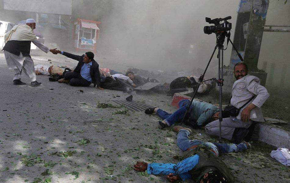 Film çekiminden bir kare değil. Hayatın ta kendisi, savaşın tam ortası… 30 Nisan 2018'de Afganistan'in başkenti Kabil'de patlayan bir bomba bu kez gazetecilerin hayatına mal oldu. 9 gazeteci  hayatını kaybetti. Olay 'Afgan medya tarihinin en öldürücü günü' olarak tanımlandı.