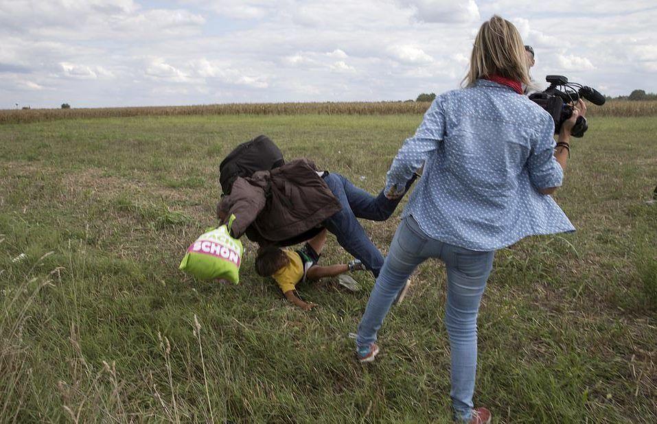 Tarih bu sefer 8 Eylül 2015… Petra Laszlo isimli kadın kameraman, Sırbistan Macaristan sınırından kucağında küçük çocuğuyla koşarak kaçan mülteci bir babaya çelme atarak, babayı ve çocuğu düşürüyor.   Petra Laszlo, olaydan sonra özür dilese de tüm dünyadan büyük tepki  gördü ve ırkçılıkla suçlanmaktan kurtulamadı.  Laszlo yaptığı eylemin sebebi olarak saldırıya uğramaktan korktuğunu söyledi.