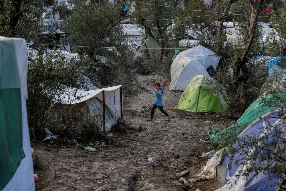 Sınır Tanımayan Doktorlar Örgütü (MSF) de Atina'nın kapalı kamp uygulaması kararına sert tepki gösterdi. MSF'in açıklamasında, Bu merkezler belki daha iyi yaşam koşulları sunabilir ancak en nihayetinde güvenlik peşinde olan ve zaten sonsuz bir drama içerisinde sıkışıp kalmış insanlar için hapishanelere dönüşebilir. ifadelerine yer verildi.