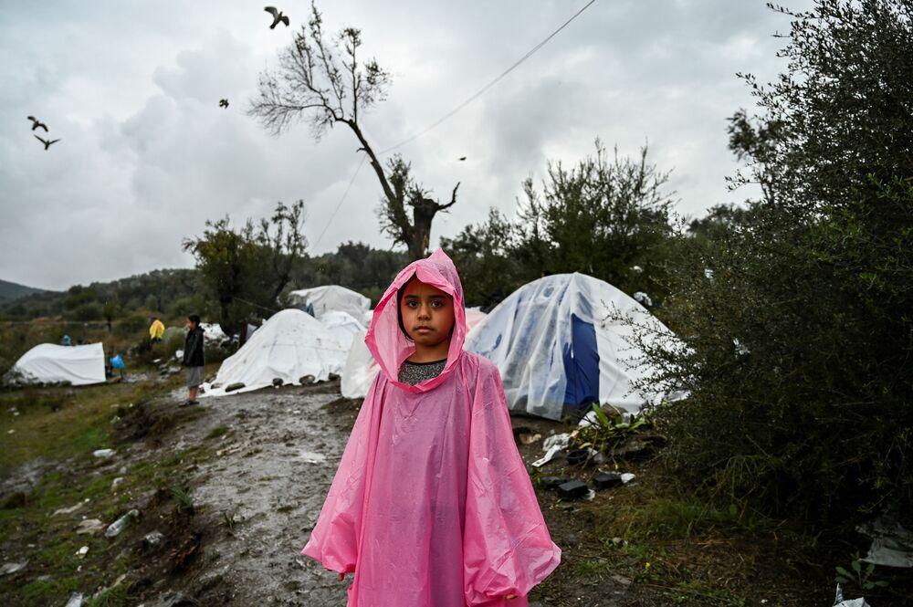 Yunanistan'ın en büyük üç kampı olan ve 27 bin sığınmacıya ev sahipliği yapan Midilli, Sakız ve Samos adalarındaki kampların kapatılacağı belirtildi.  Fotoğrafta: Midilli'deki Moria mülteci kampında yaşayan bir kız çocuğu.